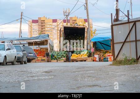 Samara, Russland - Oktober 13, 2018: Der Verkäufer auf der Straße verkauft Wassermelonen und Melonen. - Stockfoto