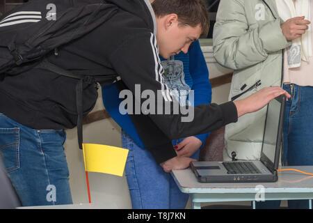 Chapaevsk, Region Samara, Russland - November 16, 2018: Hochschule in Chapaevsk Stadt. Student schiefen über einen Laptop Bildschirm - Stockfoto