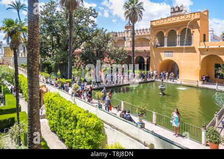 Sevilla, Spanien - 8. Mai 2019 Real Alcazar in Sevilla Palace Gardens. - Stockfoto