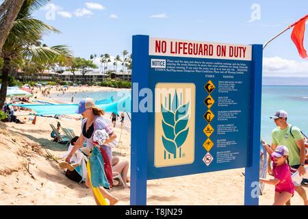 Ein Schild auf dem Napilli Kai Resort warnt die Leute, dass keine Rettungsschwimmer im Dienst sind, Maui, Hawaii, USA. Stockfoto