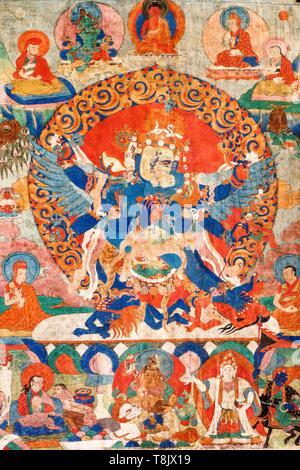 Indien, Bundesstaat Jammu und Kashmir, Himalaya, Ladakh, Indus Valley, Kloster (gompa) von Matho, zentrale Detail Stück Nr. 181 der Sammlung, dem achtzehnten Jahrhundert Thangka, die vajrakila durch seine drei Köpfe seine sechs Arme, vier Beine und Flügel identifiziert. Er küsst seine Frau, in helleren Blau lackiert. Er wird von den Meistern seiner Linie und durch den Schutz der Gottheiten seines Zyklus umgeben - Stockfoto