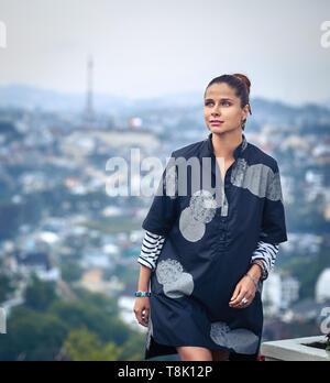 Schöne Frau mit Blick auf die Stadt, Dalat, Vietnam - Stockfoto