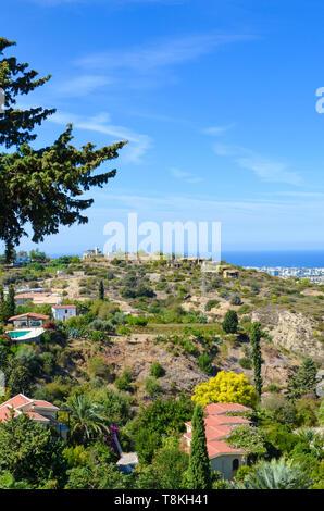 Vertikale Bild der erstaunliche Küstenlandschaft in Girne region, Nordzypern. Ländliche Häuser umgeben von grünen Bäumen sind mit Blick auf das Meer - Stockfoto
