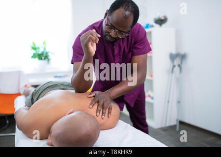 Massage master mit Ellenbogen zurück Massage für Sportler - Stockfoto