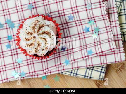 Red velvet Cupcake auf karierten Tuch mit dekorativen Sterne und eine geringe Tiefenschärfe - Stockfoto