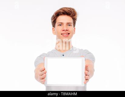 Attraktiven jungen Mann student Jugendlicher holding Tablet mit weißer Bildschirm, auf weißem Hintergrund, mockup - Stockfoto