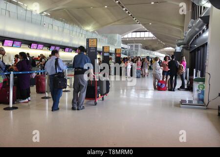 NEWARK, USA - Juli 7, 2013: Die Menschen warten am Newark Liberty Airport in Newark. Mit 33,7 Millionen des Passagierverkehrs Es ist der 14 verkehrsreichsten Airpo - Stockfoto