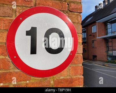 10 mph Geschwindigkeitsbegrenzung Zeichen an der Wand befestigt. - Stockfoto