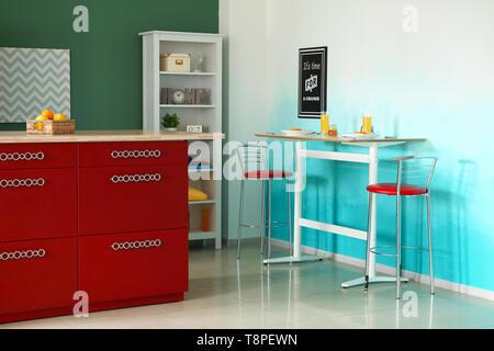 Innenraum der modernen Küche mit stilvollen Möbeln - Stockfoto
