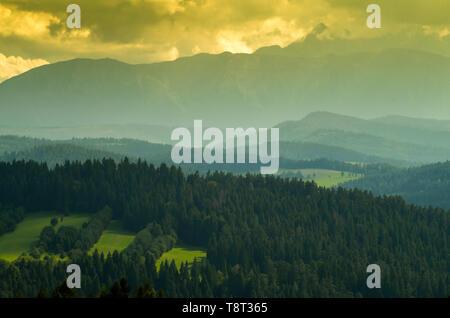 Ein Blick auf den nördlichen Teil der polnischen Tatra während eines Sturms. Lange Distanz Foto von Pieniny, Polen. - Stockfoto