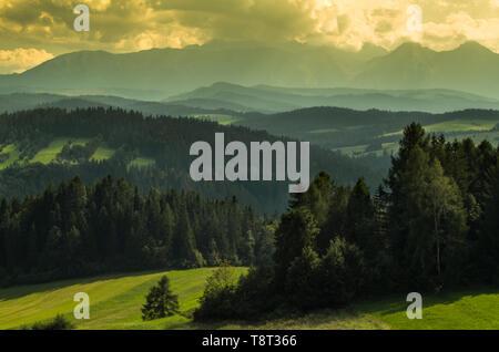 Ein Blick auf den nördlichen Teil der polnischen Tatra während eines Sturms. Lange Distanz Foto von Pieniny, Polen. Panorama. - Stockfoto