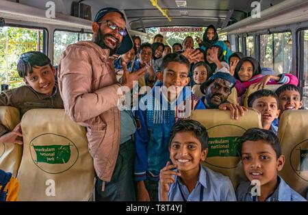 Horizontale Ansicht der Kinder und Lehrer auf einem Schulbus in Munnar, Indien. - Stockfoto