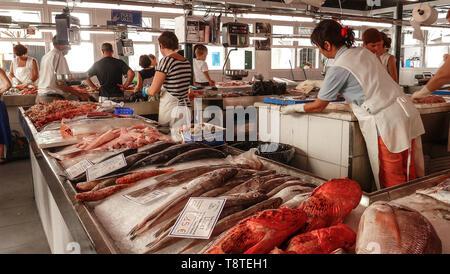 Blick auf den Fischmarkt in Ciutadella de Menorca, mit verschiedenen bunten Fische zu verkaufen, Preis tags im Vordergrund und touristische Kunden - Stockfoto