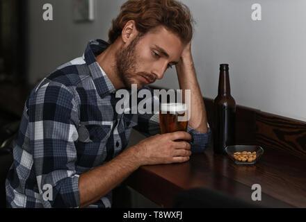 Deprimiert junger Mann, Alkohol zu trinken in der Bar - Stockfoto
