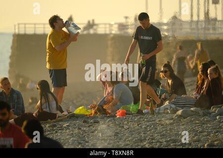 Aberystwyth Wales, UK. 15 Mai, 2019. UK Wetter: Kerben von jungen Studenten haben Grillen am Strand in Aberystwyth am Abend nach einem Tag mit blauen Himmel und warmen Frühlingssonne. Photo Credit: Keith Morris/Alamy leben Nachrichten - Stockfoto