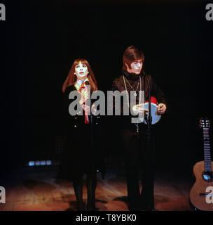 Das israelische Musikerpaar Esther & Abi Ofarim in schwarzer Kleidung 5/6 eines Auftritts von 1967. Die israelischen Musiker paar Esther & Abi Ofarim in schwarzer Kleidung während einer Leistung 1967. - Stockfoto