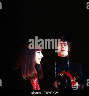 Das israelische Musikerpaar Esther & Abi Ofarim in schwarzer Kleidung 5/6 des Auftritts, 1967. Die israelischen Musiker paar Esther & Abi Ofarim in schwarzer Kleidung während einer Leistung, 1967. - Stockfoto