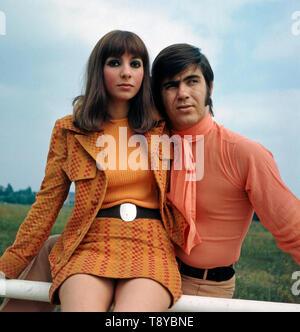 Das Musikerpaar Esther & Abi Ofarim zusammen posieren in Berlin im Jahr 1967. Der Musiker paar Esther & Abi Ofarim stellen gemeinsam in Berlin im Jahr 1967. - Stockfoto