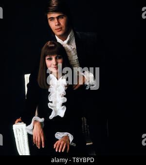 Das berühmte Musikerpaar Esther und Abi Ofarim lässt sich gemeinsam vor einem Auftritt/, Deutschland Ca. 1967. Die berühmten Musiker Ehepaar Esther und Abi Ofarim zusammen, bevor eine Leistung fotografiert, Deutschland Ca. 1967. - Stockfoto