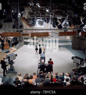 Das Musikerpaar Esther & Abi Ofarim musizieren gemeinsam 5/6 eines Fernsehauftritts, Deutschland Ca. 1967. Die Musiker Esther & Abi Ofarim Musik zusammen während einer TV-Leistung machen, Deutschland Ca. 1967. - Stockfoto
