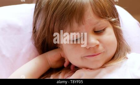 Wenig schöne Mädchen, baby Infante, Kaukasische. sieht mit seinen großen blauen Augen. Lange blonde Haare, in einem zwei Jahre alten Kind. Erstaunt und interessiert - Stockfoto