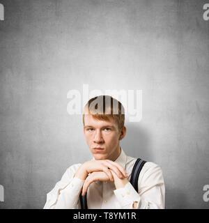 Traurig Jugendlicher mit Waffen sein Kinn berühren - Stockfoto