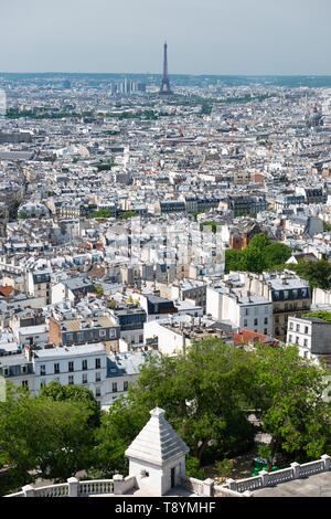 Blick auf die Skyline der Stadt, mit Eiffelturm in Abstand von der Oberseite der Basilika Sacré-Coeur in Montmartre, Paris, Frankreich - Stockfoto
