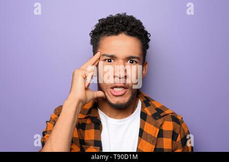 Portrait von emotionalen Afrikaner - Mann auf farbigen Hintergrund - Stockfoto