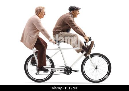 Volle Länge Schuss ein älterer Mann und eine Frau reiten ein Tandem Fahrrad mit Beine auf weißem Hintergrund - Stockfoto