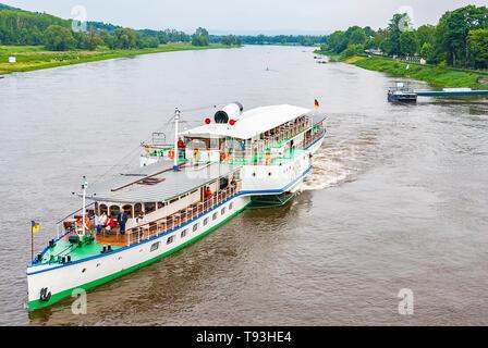 Der Steamboat LEIPZIG ist von der Anlegestelle im Stadtteil Blasewitz in Dresden, Sachsen, Deutschland und Europa abfliegen. - Stockfoto