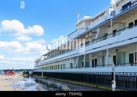 Kremenchug, Ukraine - Mai 5, 2019. 'Viking Sineus' - Ein 4-deck Passagier Riverboat in der Stadt Kremenchug auf dem Dnjepr gestoppt. - Stockfoto