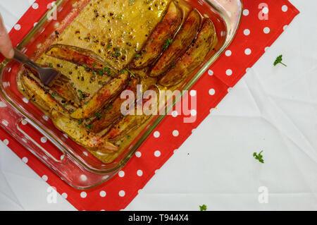 Essen gekocht Kartoffelecken in Gewürzen bedeckt, Küche essen Vorbereitung. Konzept für Kochen, vegetarische oder vegane Lebensweise, Restaurants, etc. Zimmer fo - Stockfoto
