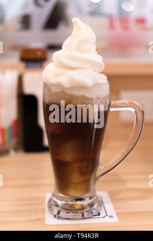 Eiskaffee mit Milch und Eis Karamell - Stockfoto