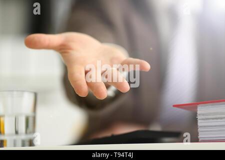 Mann in Anzug und Krawatte Angebot helfen arm Nahaufnahme. Freundlich heiter unterstützen Bewegen kluge Wahl Sorge besuchen Problem lösen Advisor rescue Management zur Verfügung - Stockfoto