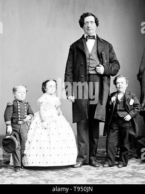 """Mit dem Titel: """"Gen. Tom Thumb, Fräulein Lavinia Warren, der Riese."""" Charles Sherwood Stratton (Januar 4, 1838 - Juli 15, 1883), """"Allgemeinen Tom Thumb"""", war ein US-amerikanischer Zwerg Performer. P.T. Barnum, einem entfernten Verwandten (die Hälfte des fünften Vetter, zweimal entfernt), hörte über Stratton und nach seinen Eltern Kontakt, lehrte die Junge wie Singen, Tanzen, Mime, und berühmte Menschen ausgeben. Barnum nahmen junge Stratton auf einer Tour durch Europa, die ihn eine internationale Berühmtheit. - Stockfoto"""