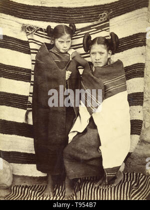 Hopi Mädchen in traditioneller Kleidung, von John K. Hillers (American, 1843 - 1925) im Jahre 1879 übernommen. Eiklar Silber drucken. Die Hopi sind ein Indianer Stamm, der in erster Linie auf die Hopi Reservation im nordöstlichen Arizona leben. Laut der Volkszählung von 2010 gab es 19,327 Hopi in den Vereinigten Staaten. - Stockfoto