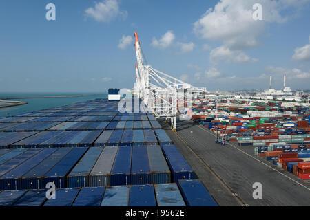 Le Havre (Frankreich): Containerschiff CMA CGM Antoine de Saint-Exupery, Frankreich das größte Containerschiff, hier am Kai in der Comm - Stockfoto