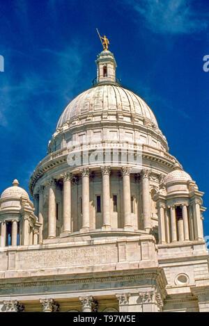 Gebaut von Georgia Marmor und durch eine Statue des Unabhängigen Mann, dem gewölbten neoklassischen Rhode Island State House gekrönt wird die Hauptstadt von Rhode Island in der Landeshauptstadt Stadt der Vorsehung. - Stockfoto