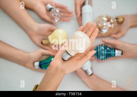 Weibliche Hand, die eine moderne Glühbirne, Nahaufnahme - Stockfoto