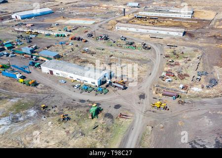 Ansicht von oben auf die landwirtschaftliche Maschinen in der Nähe des Hangars im Dorf für Pflanzung und Ernte. Traktor, Pflug, Kraftstoff Lkw und Lkw in Grün kombinieren, um eine - Stockfoto