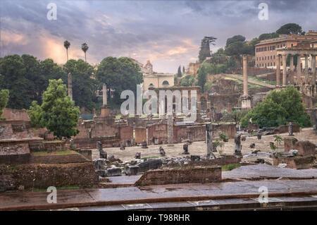 Blick auf das Forum Romanum mit angrenzenden Gebäuden bei Regenwetter. - Stockfoto