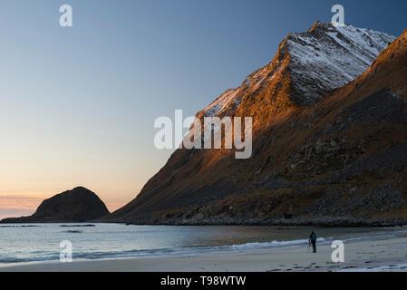Fotograf bei haukland Strand, die Bilder von den letzten Sonnenstrahlen auf Veggen, Lofoten, Nordland, Norwegen - Stockfoto