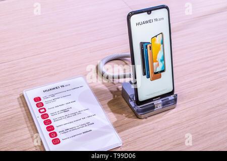 Corato, Polen, 11. Mai 2019: Huawei Y6 Smartphone, Präsentation von Y6 2019 bei Huawei Ausstellung showroom, stand an der Warschauer Electronics Show - Stockfoto
