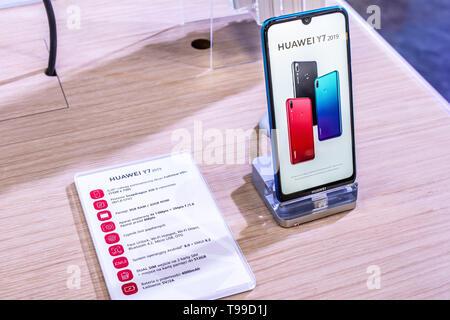 Corato, Polen, 11. Mai 2019: Huawei Y7 Smartphone, Präsentation von Y7 2019 bei Huawei Ausstellung showroom stehen an der Warschauer Electronics Show - Stockfoto
