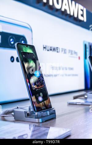 Corato, Polen, 11. Mai 2019: Huawei P30 Pro Smartphone, Präsentation von P30 Pro an Huawei Ausstellung showroom, in Warschau Electronics Show stehen, - Stockfoto