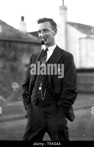 Eine elegant gekleidete Geeignet Mann c 1930 smikong ein Rohr, Weste, taschenuhr und Foto Krawatte von Tony Henshaw - Stockfoto