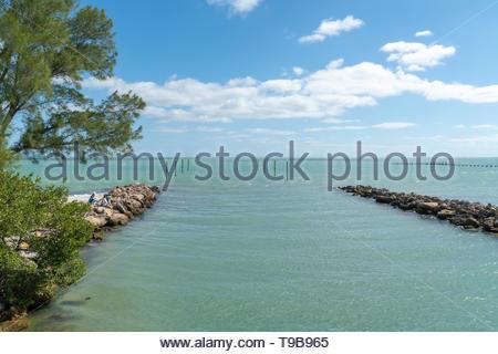 Fischer versuchen ihr Glück in den Einlass neben Bayfront Park auf Anna Maria Island, Florida, USA - Stockfoto