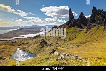 Panoramablick über den Alten Mann von Storr auf der Insel Skye in Schottland - Stockfoto