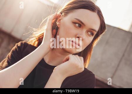 Nahaufnahme, Porträt der jungen schönen langen Haare Mädchen Mode Modell auf der Stadt. Stockfoto
