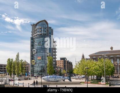 Die Yacht Belfast. Die großen Fische oder Lachs von Wissen in den Vordergrund und Custom House nach rechts - Stockfoto